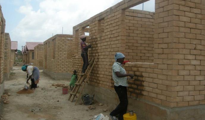 Construcció d'habitatges comunitaris a Dar es-Salam, a Tanzània. Font: Atles d'Utopies