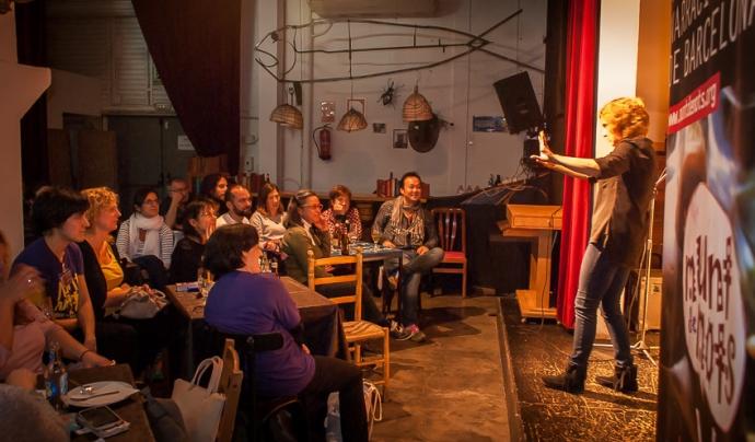 Paula Carballeira durant una sessió de contes del Festival