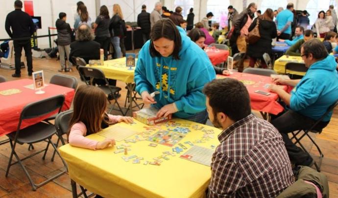 Els membres del Club Amatent gaudeixen jugant i també ensenyant a jugar a altres persones