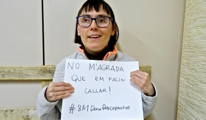 Una dona participant a la campanya del 8 de març de DINCAT