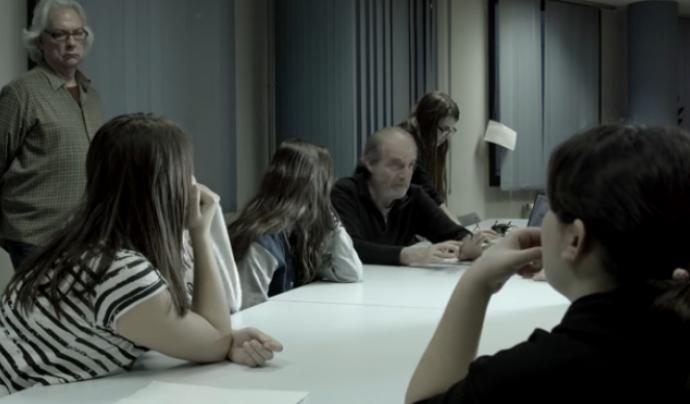 Carles Bosch fent una explicació. Darrere i dempeus, el productor Joan Antoni Barjau Font: Fundació Oreneta