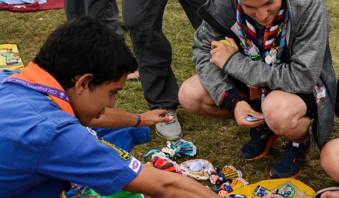 Joves escoltes intercanviant ensenyes.