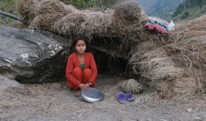 Una noia en una cabana de chhaupadi, fotografia ©Cara Garcia Ortés Font: be artsy