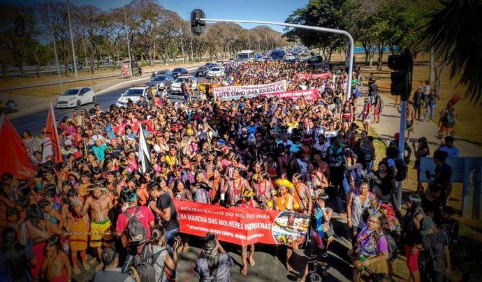 Marxa de dones al Brasil per les polítiques d'atenció a la salut dels pobles indígenes el 2019. Font:  Brasil de Fato (CC BY-NC-SA 2.0)