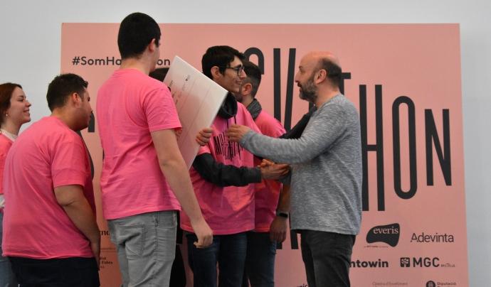 Arnau Vilardell, a la dreta donant un premi a un dels grups participants de la Som Hackathon 2021 Font: Som Hackathon