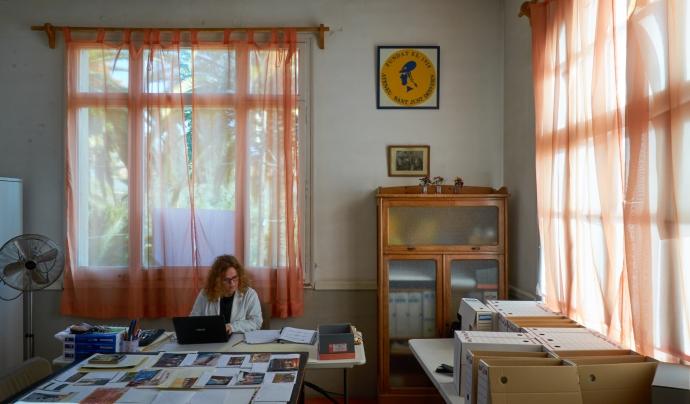 Sala de Juntes de l'Ateneu transformat durant dos mesos en la sala de treball de l'Arxiu Fotogràfic de l'Ateneu de Sant Just Desvern. Font: Ricard Martínez