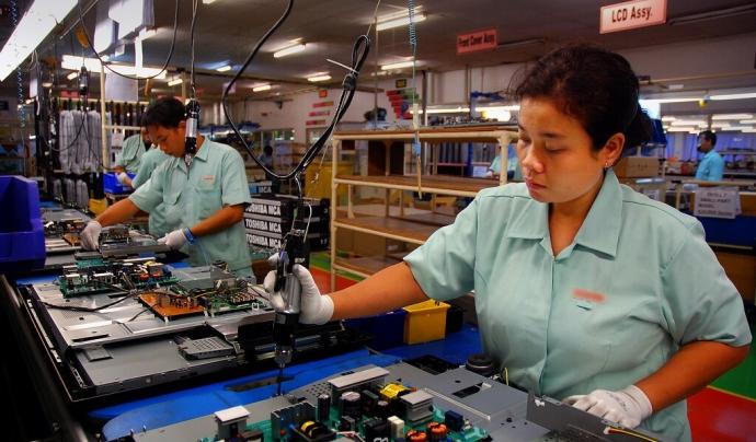Línia de producció electrònica, d'ILO a Asia i el Pacífic (CC BY-NC-ND 2.0)  Font: CC BY-NC-ND 2.0