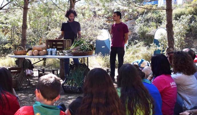 Dos joves presentant els productes de proximitat comprats sense embolcalls. Font: Minyons Escoltes i Guies de Catalunya