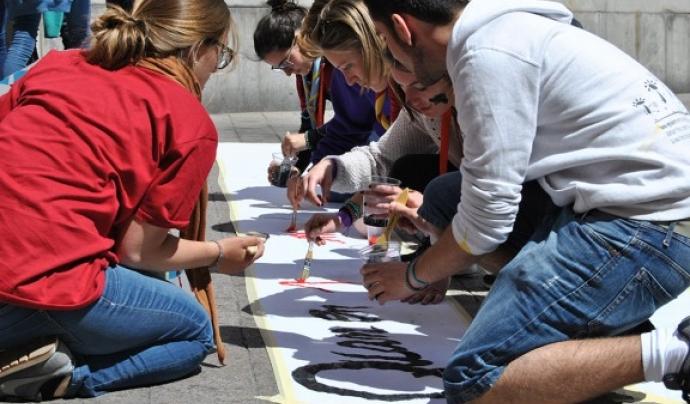 Joves fent una pancarta amb l'esplai Font: Esplac
