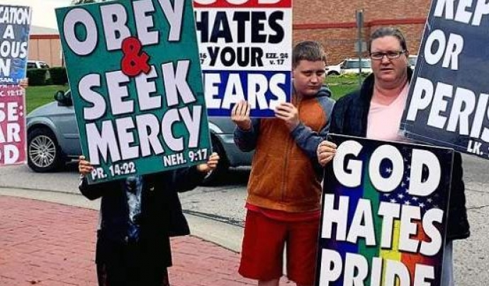 """Pancarta """"Déu odia els gais"""" d'una església baptista"""