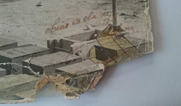 Detall de la cantonada de la imatge amb escritura manuscrita que indica Luís de Olalde.  Font: Susanna Muriel. Arxiu Fotogràfic de l'Ateneu de Sant Just Desvern.