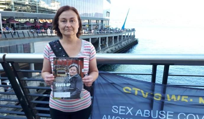 Dona protesta contra abusos sexuals entre uns testimonis de Jehovà