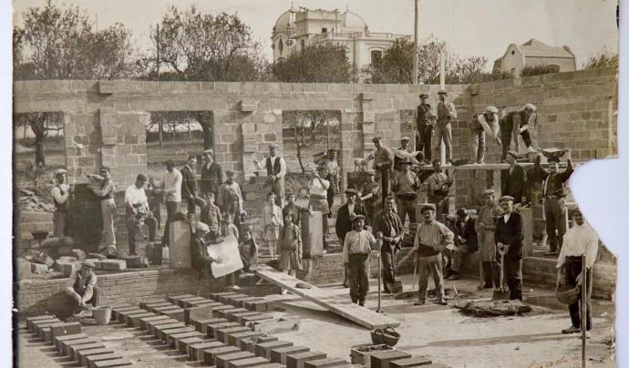 Construcció de les Escoles de l'Ateneu de Sant Just Desvern. Fotògraf Luís de Olalde. Ca. 1917. Arxiu Fotogràfic de l'Ateneu de Sant Just Desvern. Font: Reproducció Ricard Martínez.