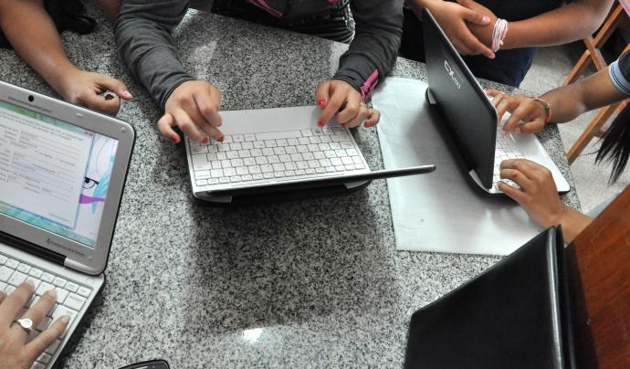 Un grup d'alumnes treballen amb ordinadors. Font: ANSESGOB (CC BY-SA 2.0)