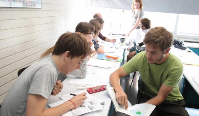 Dos alumnes en una aula