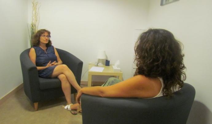 A la Fundació Vicki Bernadet es porten a terme sessions terapèutiques. A la imatge, Núria Grau, psicòloga. Font: Fundació Vicki Bernadet.