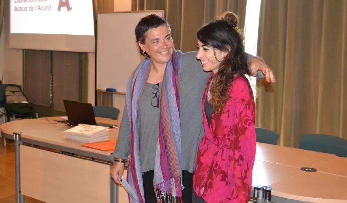 Annabel Pallás entrega la distinció a la Coordinadora d'Entitats del Poble Sec. Font: FCVS