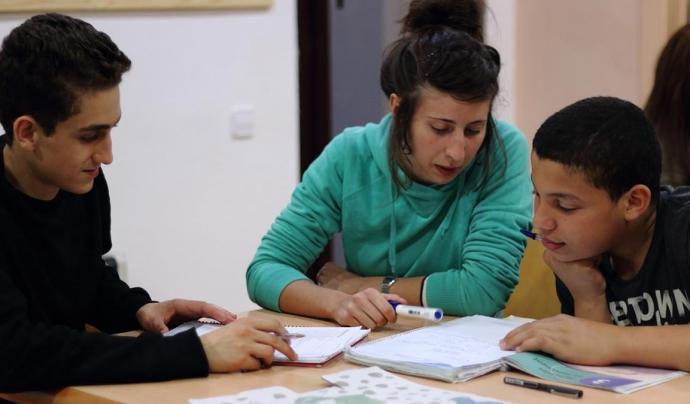 Una voluntària de la Fundació ADSIS treballant amb joves