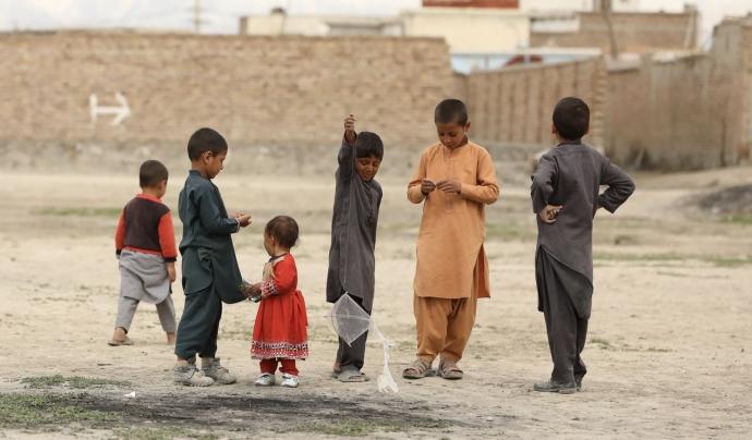 Ponts per la pau es fa càrrec del'escolratizació d'infants a l'Afganistan. Font: Unsplash. Font: Font: Unsplash.