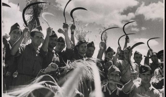 Soldats i camperols republicans treballan al camp. Font: Fons de la Biblioteca Nacional d'Espanya