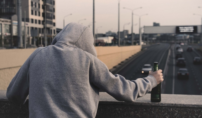 Imatge d'una persona amb una botella d'alcohol Font: Pixabay