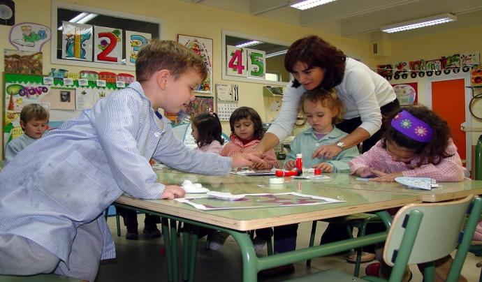 Alumnes fent manualitats - imatge de Clarissa Rodrígues González