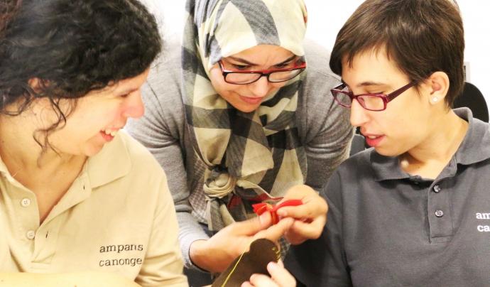 Participant de l'Entre Tothom en el taller de costura de la Fundació AMPANS ( Font: AMPANS)