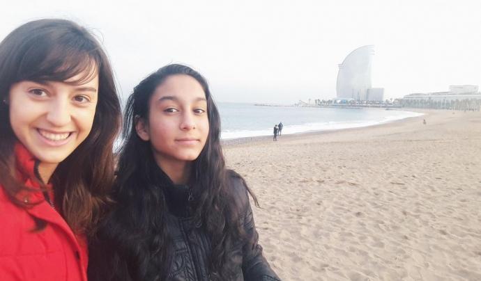 Un 'tàndem' format per una jove universitària i una noia adolescent a la platja de Barcelona
