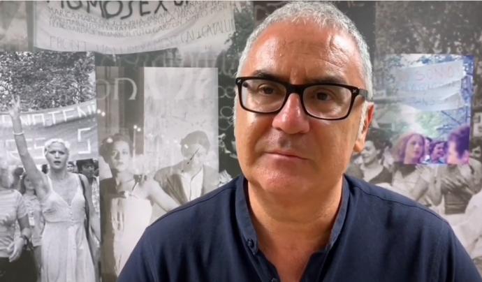 Andreu Agustín, director del Centre LGTBI de Barcelona, fa un recull del que l'entitat ha aconseguit durant el seu primer any de vida. Font: Xarxanet
