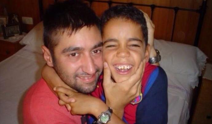 Marcos Costa amb el Sidi, el primer nen que va acollir.