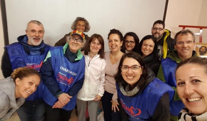 En total són 5 entitats i un equip de 200 voluntaris que s'encarregan de repartir els àpats. Font: Amásdes. Font: Font: Amásdes.
