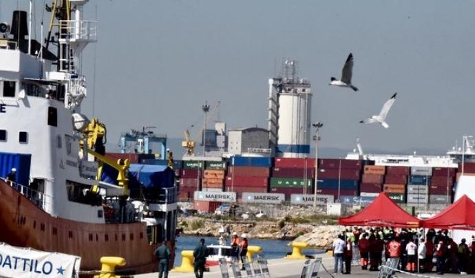 El port de València rep l'Aquarius amb alguns aplaudiments de fons