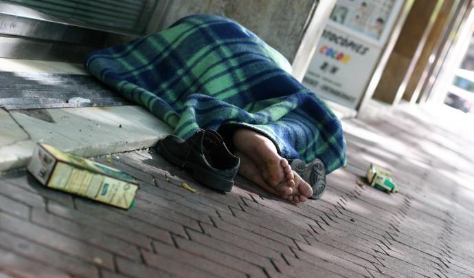 Persona dormint al carrer
