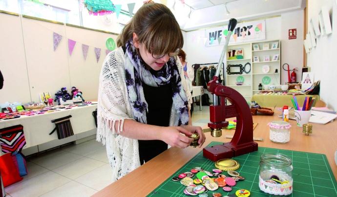 Imatge d'una jove treballant en el projecte Font: Ajuntament de Sant Boi