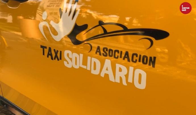 El logo de l'Associació Taxi Solidari, visible als cotxes dels 35 taxistes que en són membres.  Font: Míriam Pagès
