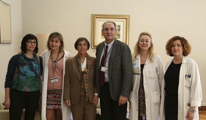Membres de l'associació amb personal sanitari de l'Hospital de la Vall d'Hebron Font: Hospital Vall d'Hebron