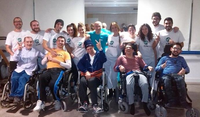 Foto de grup amb un equip d'estudiants de quiromassatge que col·labora amb l'associació