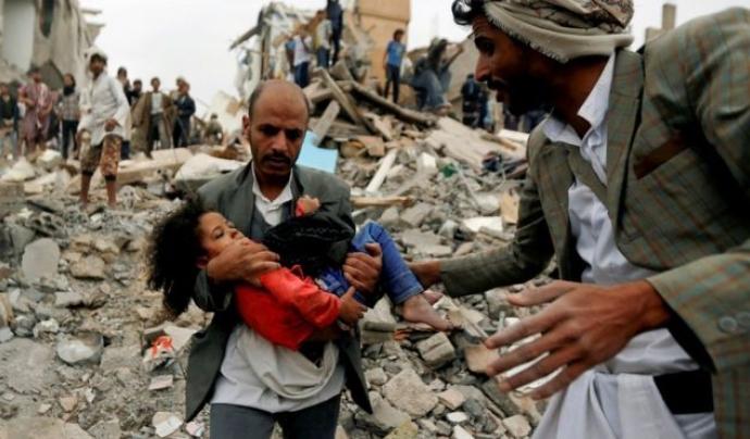 Un pare rescatant la seva filla d'atacs aeris al Iemen Font: BBC