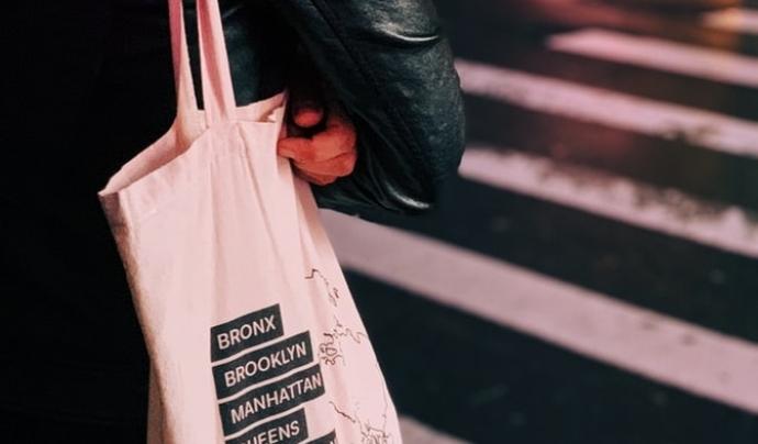 L'entitat proposa substituir les bosses de plàstic per bosses de tela. Font: Unsplash. Font: Font: Unsplash.
