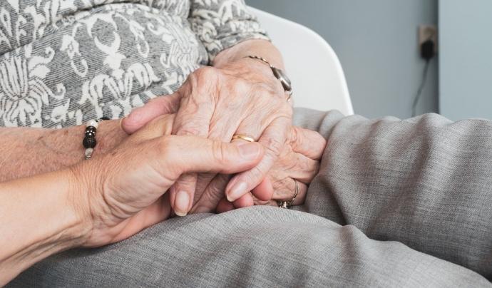 Les persones que reben el voluntariat sol ser gent amb més de setanta anys que viu sola o té els fills i filles lluny. Font: Llicència CC