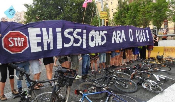 """Rebel·lió o Extinció atura l'entrada a Barcelona per la C-32 sota el lema """"Stop contaminació, ara o mai!"""" Font: Rebel·lió o Extinció BCN"""