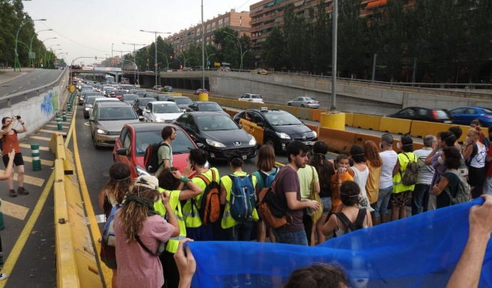 """Rebel·lió o Extinció atura l'entrada a Barcelona per la C-32 sota el lema """"Stop contaminació, ara o mai!"""" Font: Rebel·lió o Extinció"""
