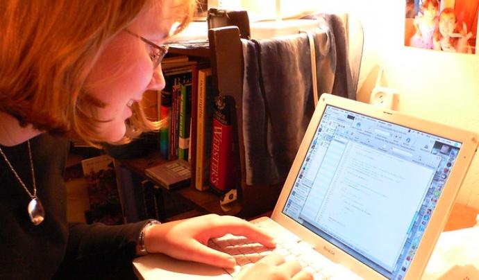 Els emojis han traspassat fronteres i també s'utilitzen en la comunicació escrita mitjançant ordinadors. Imatge de Nelson Pavlosky. Llicència d'ús CC BY-SA 2.0 Font: Imatge de Nelson Pavlosky. Llicència d'ús CC BY-SA 2.0