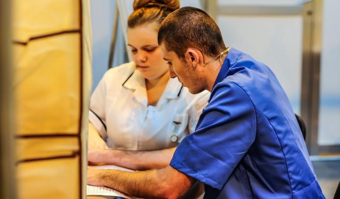 Dues persones treballant en un hospital. Font: Flickr