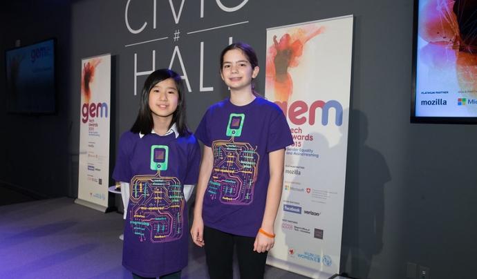 Dues participants del Technovation Challenge participant en un altre concurs. Imatge de ITU Pictures. Llicència d'ús CC BY 2.0 Font: ITU Pictures. Llicència d'ús CC BY 2.0
