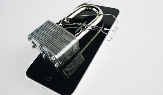 La seguretat també és important en els dispositius mòbils. Imatge de Book Catalog. Llicència d'ús CC BY 2.0 Font: Imatge de Book Catalog. Llicència d'ús CC BY 2.0
