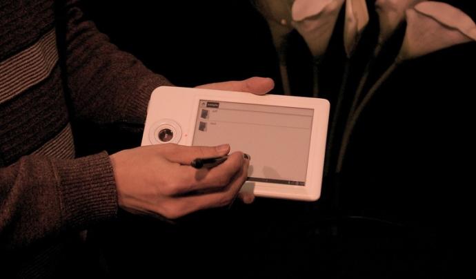Els lectors de llibres electrònics tenen moltes opcions innovadores. Imatge de knuton. Llicència d'ús CC BY 2.0 Font: knuton. Llicència d'ús CC BY 2.0