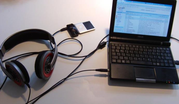 Amb un ordinador i un micròfon, podeu començar a fer els vostres podcasts. Imatge de Sebastian Küpers. Llicència d'ús CC BY 2.0 Font: Sebastian Küpers. Llicència d'ús CC BY 2.0