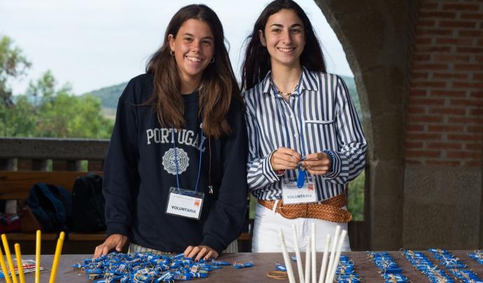 Dues noies joves fan voluntariat. Font: Opus Dei, Flickr