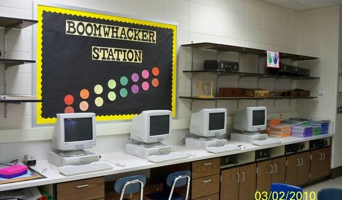 Mitjançant Internet podem seguir les classes a casa a través d'eines d'aprenentatge virtual. Imatge de Bonnie Brown. Llicència d'ús CC BY 2.0 Font: Bonnie Brown. Llicència d'ús CC BY 2.0